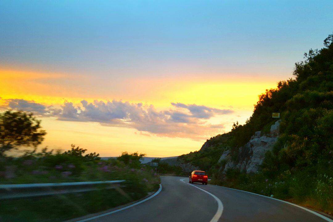 drumul până în Dubrovnik masina pe sosea la apus