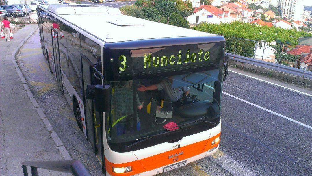 autobuz in statie