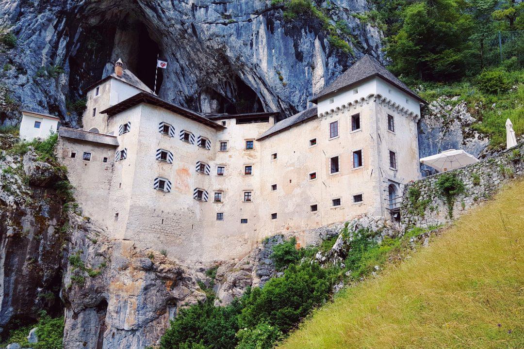 cstelul predjama din slovenia construit in stanca