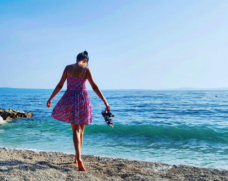 obiective turistice din split, marea albastra si o fata in rochie