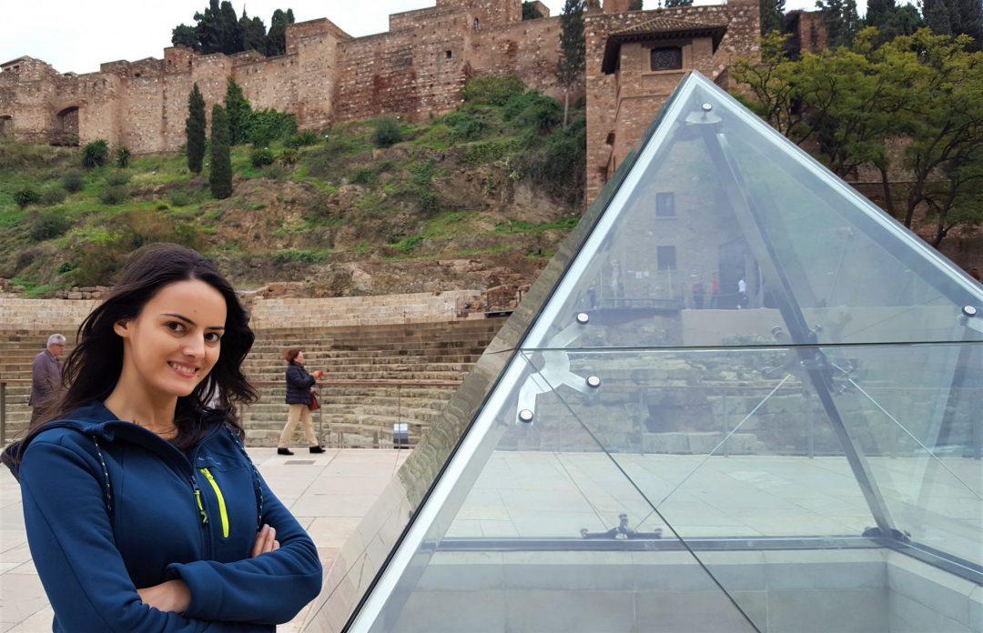 obiective turistice din Malaga-o pieramida si o fata