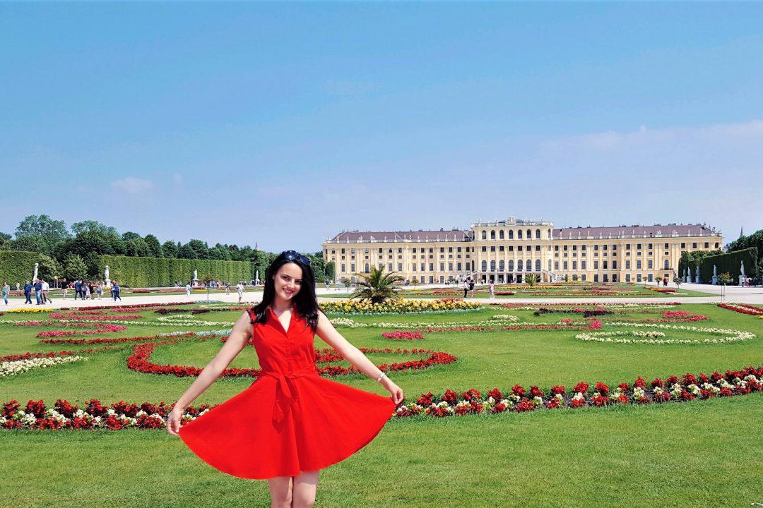 Palatul Schonbrunn din Viena si fata in rochie rosie