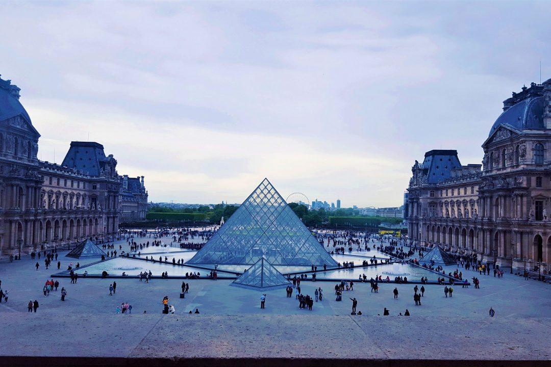 piramida de la intrarea in muzeul luvru