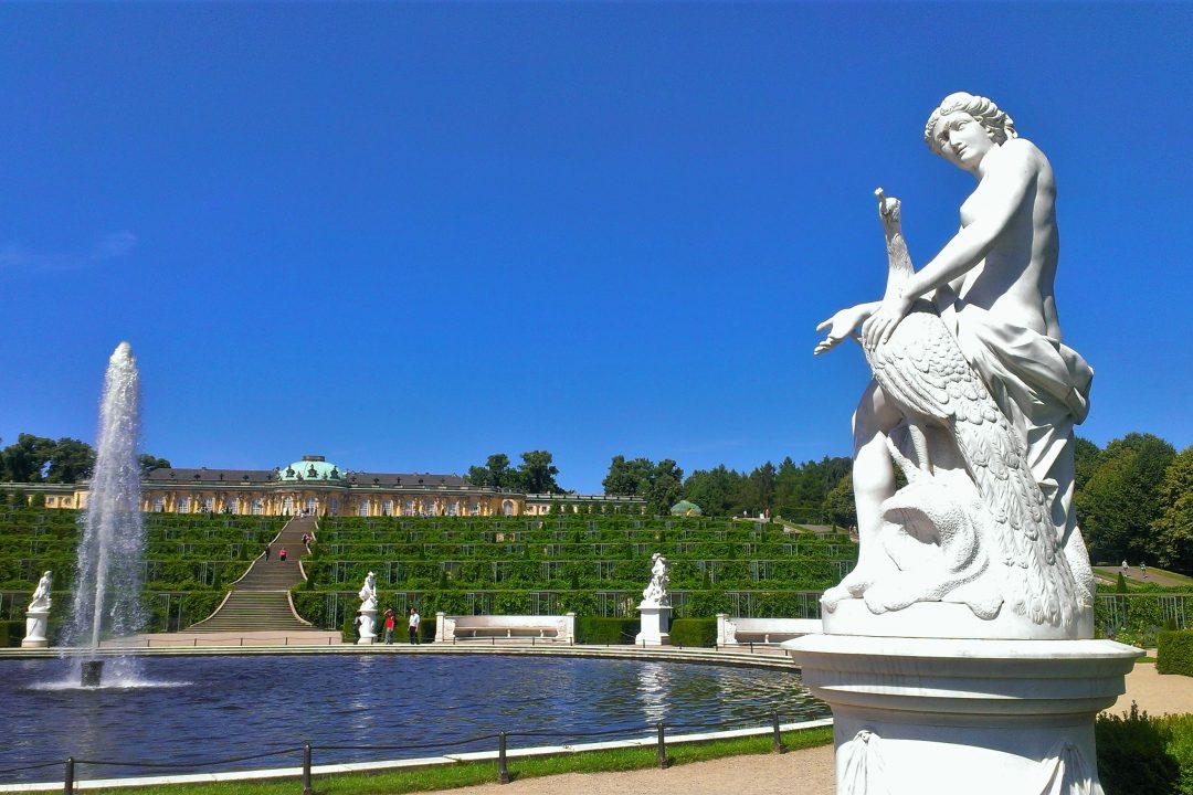 Gradinile din palatul sanssouci, statuie și fantana arteziana