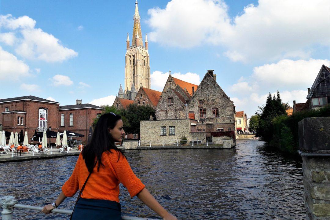 Calatorie de o zi in bruges, fata în plover portocaliu pe malul apei