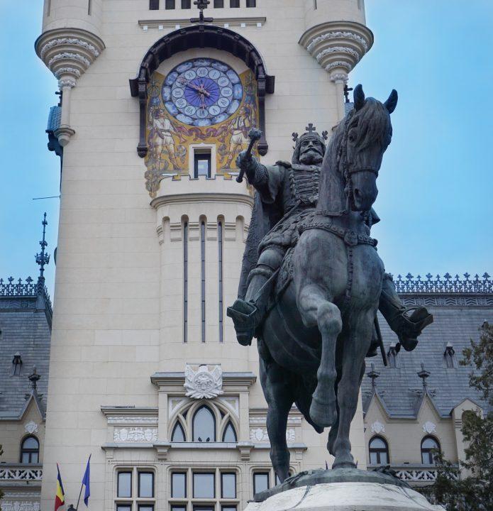 turnul palatului culturii si statuia