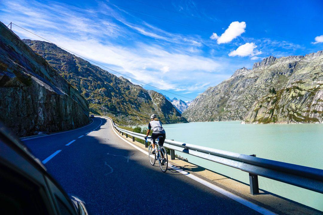 biciclist prin pasul grimsel