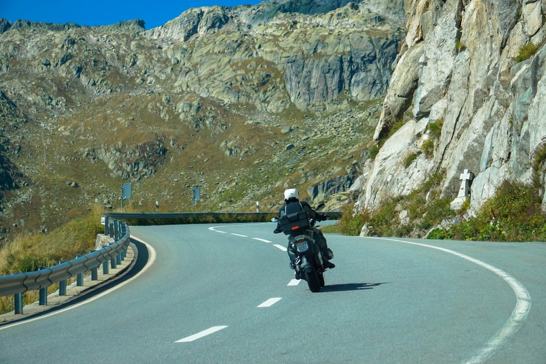 motociclist prin pasul furka
