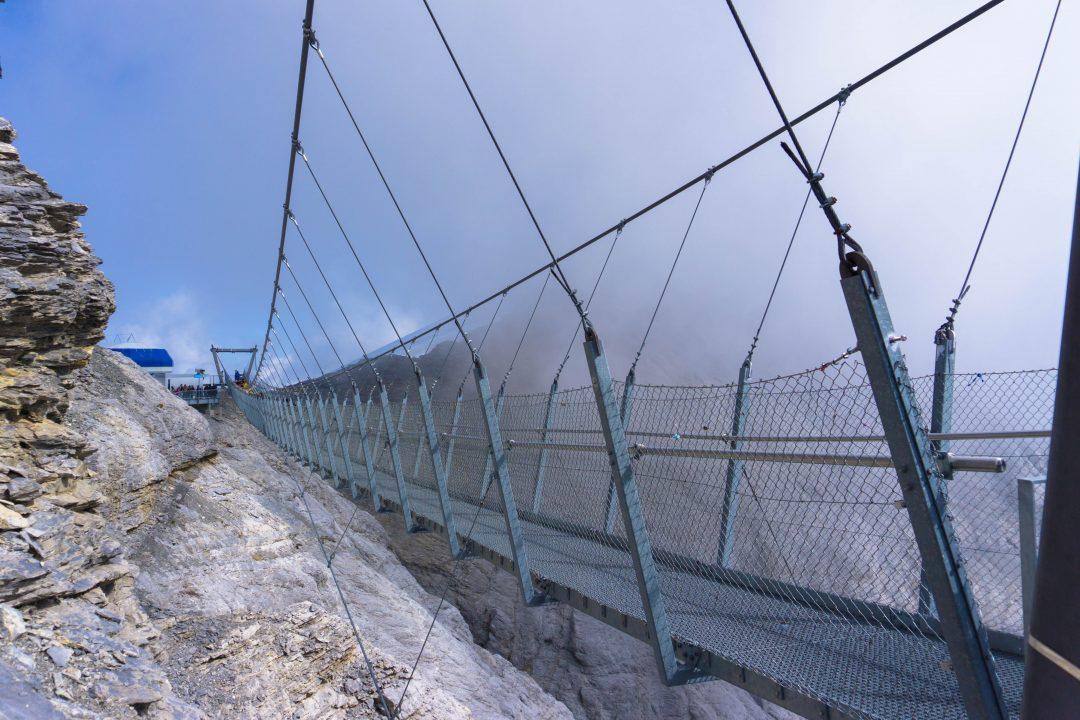 podul suspendat de pe muntele titlis elvetia
